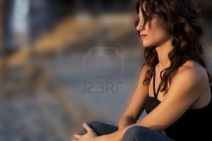 Citation dans Citations 5544366-une-jeune-femme-triste-assise-toute-seule-en-regardant-ailleurs-300x200